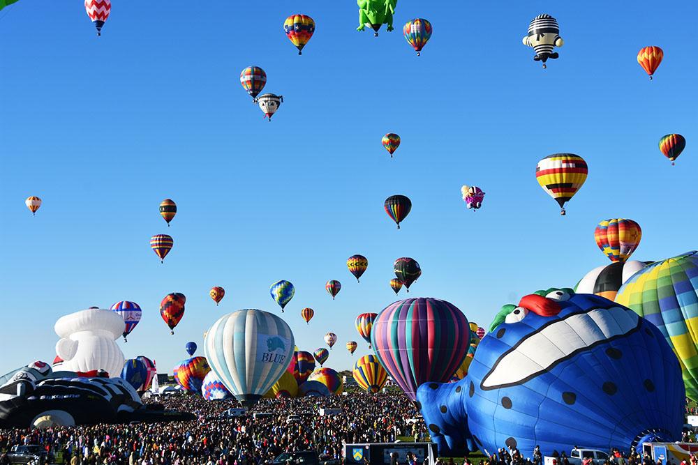 気球が空を埋め尽くす「アルバカーキ国際バルーンフェスタ」