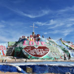 砂漠の中に突如現れるアートの山「サルベーション・マウンテン」