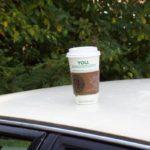 車の屋根にスタバのコーヒー